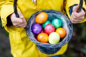 La caccia alle uova la domenica di Pasqua